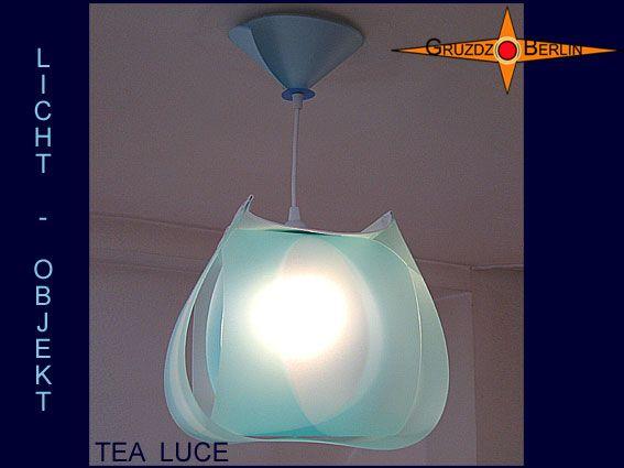 Leuchte TEA LUCE Lichtobjekt mit Baldachin transluzent. Die Pendelleuchte TEA LUCE mit passendem Baldachin strahlt durch Form und Material Harmonie aus und erinnert an eine zarte Teelampe. Drei ineinander gelegte Blau Töne und das darüberliegende weiße Gitternetzgewebe sorgen für gelassene Ausgewogenheit zwischen Licht, Raum und Farbe. Materialinformation:  Polypropylen ist ein transluzentes, leicht flexibles Material, mit einem schönen matt seidigen Glanz. Es kann sehr leicht gereinigt…