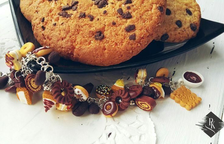В этих сладостях 0 каллорий и 100% вещества, поднимающего настроение 😍☺🤗 Браслетик Chocolate cookies сделан вручную с любовью из высококачественной полимерной глины и посеребрянной фурнитуры!  Шоколадки, кофейные зерна, чизкейки, пончики, печеньки - все это в ваших и на ваших руках )) Есть в наличии, стоимость - 280 грн.👆 Отправляю в подарочной упаковке в любую точку Украины ;)