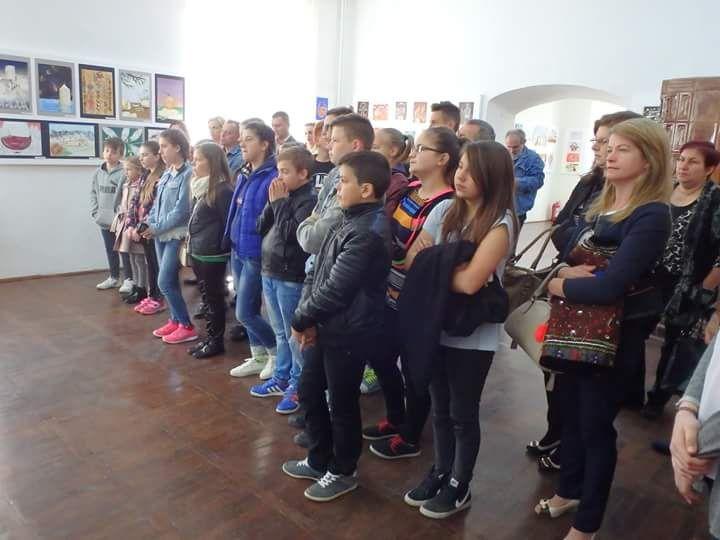 XVIII edizione del Festival Internazionale del Folklore in Romania. Inaugurazione della mostra degli elaborati grafico pittorici delle scuole partecipanti. Il Liceo Artistico Stagio Stagi di Pietrasanta ha partecipato con la classe 1B.