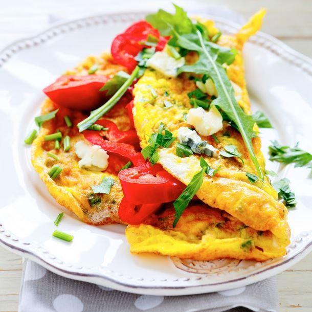 Omelette au chèvre, tomates et basilic