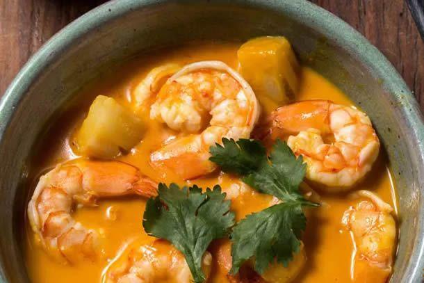 Aprenda a preparar um prato típico tailandês que tem tudo a ver com o inverno: Ensopado de camarão e curry vermelho.