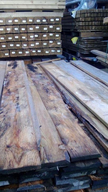 Schaaldelen en boomstamplanken voor een rustieke aankleding van uw tuin  Schaaldelen zijn de eerste planken die van een boomstam gezaagd wor...