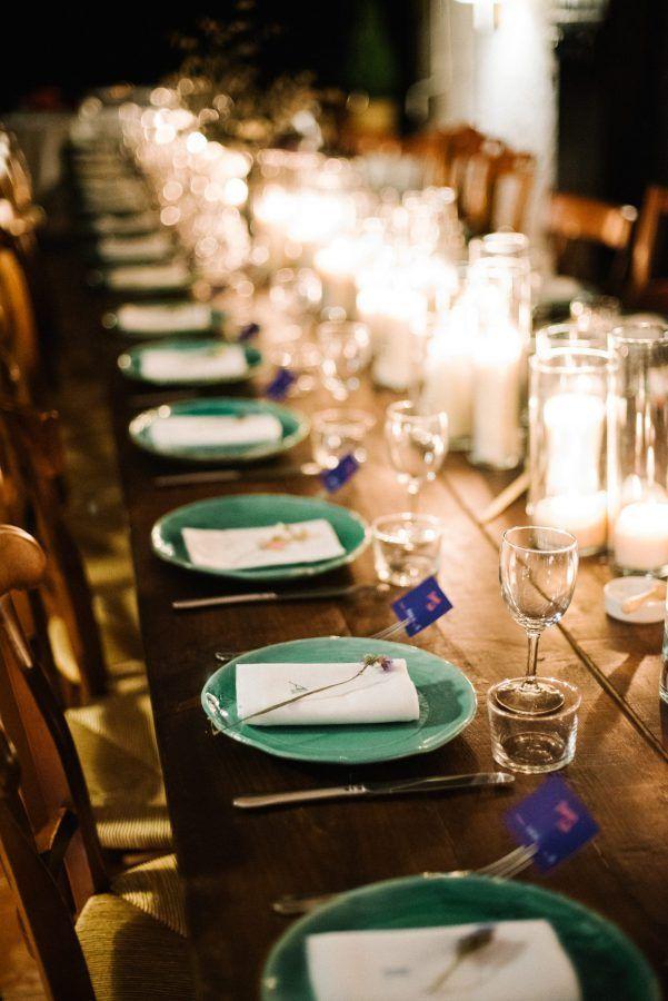 inspiration table des mariées, assiettes en céramique vertes, bouquets de fleurs séchées, serviettes brodée personnalisée , chemin lumineux en bougies, vase chinée en grès, grande table en bois