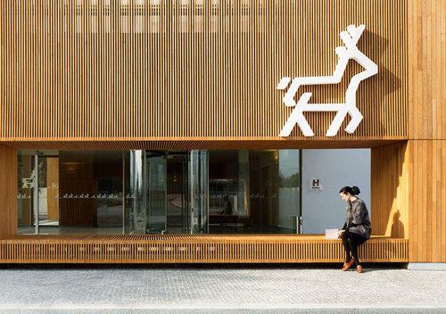 fachada madera lineas repeticion modulo  ciervo local Hotel MinhoGraphic Design / Branding / Pictogram design / Sign...