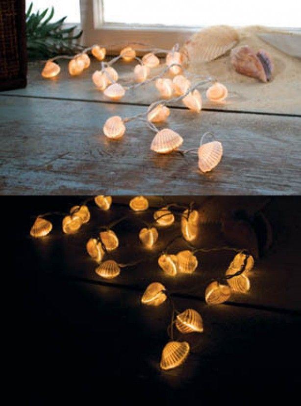 Kerstlampjes waar je een schelp omheen lijmt. Simpel. Mooi. Niet van mij maar zo leuk