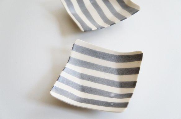 不思議な形の角皿です。 白と黒の粘土で、練り込んで作ってみました。 想像以上に気に入った作品が出来て 嬉しいです。 取り皿としてはもちろん、 前菜やデザートな...|ハンドメイド、手作り、手仕事品の通販・販売・購入ならCreema。