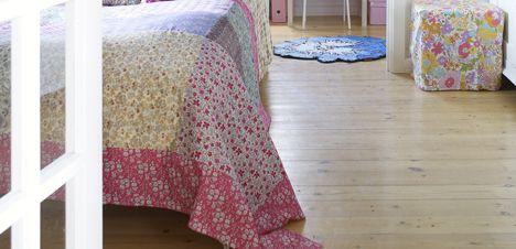 Sy et sengetæppe af Liberty-stof