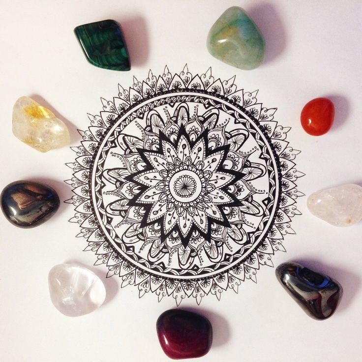 Les cristaux apportent une part de magie & de mystère à notre vie.💜 Chaque cristal possède sa propre histoire & ses propriétés thérapeutiques. 🔮🌱 Nous choisissons donc avec soin le cristal qui conviendra le mieux à nos teintures de plantes 💖