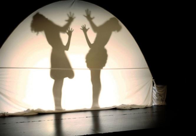 Lune et l'Autre - De la danse et des ombres chinoises dans ce spectacle poétique pour enfants à partir de 3 ans.