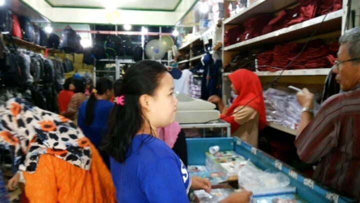 Ya, maklumlah, tahun ajaran baru, masuk sekolah, ibu2 belanja kebutuhan sekolah...ramai di toko Elliana, Plaju. . . Sent from Julheri_Sumeks_BlackBerry® PlayBook™ #sumeksonline #sumatera @koransumeks #buku #belanja #pelajar #BKB #ampera #palembang #sekolah #student #diknas #pendidikan http://butimag.com/ipost/1560644555229151147/?code=BWohfRPFL-r
