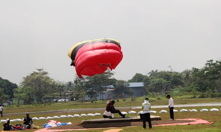 Tim terjun payung Jawa Barat semakin percaya diri menatap Pekan Olahraga Nasional XIX setelah berhasil menyandang gelar juara umum di kejuaraan internasional terjun payung di Bandara Samratulangi dan Kawasan Megamas Manado. #PONPeparnasJabar2016