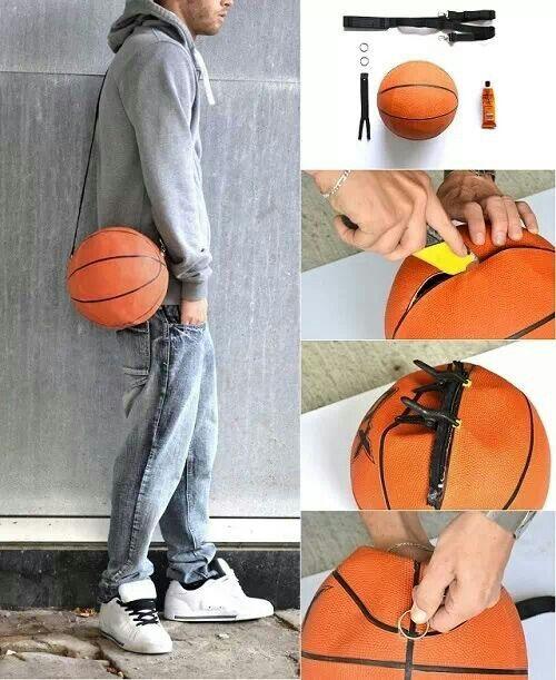 Bolso con una pelota de basquet