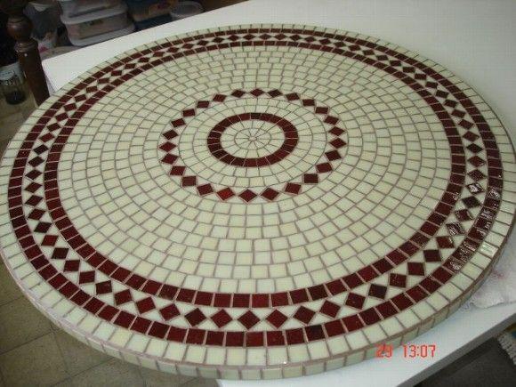 Mosaico geométrico em tampo de mesa, feito com pastilhas de vidro. R$450,00