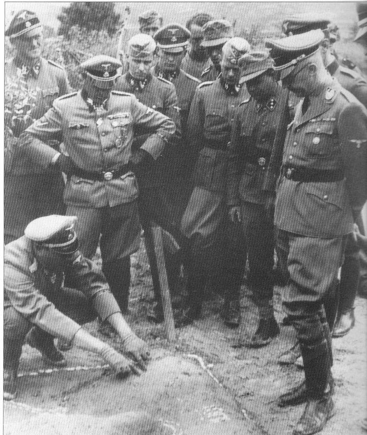 Fritz_Witt_shows_battle_Springer_Dietrich_Peiper_Wunsche_Grothmann_Himmler_Greece_1941.jpg