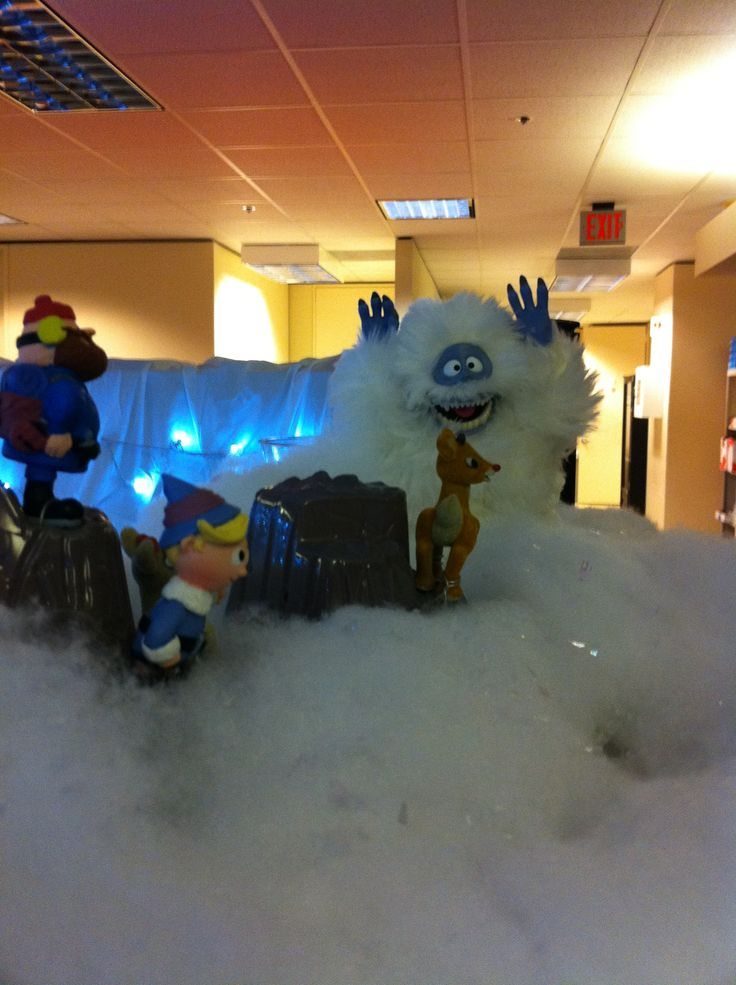 Island of misfit employees christmas cubicle cubicle for Cubicle decoration xmas
