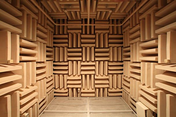 無響室というらしい。パターンの模様がロゴ化された漢字みたいに見えた。中国とかで見かけそうなやつ。