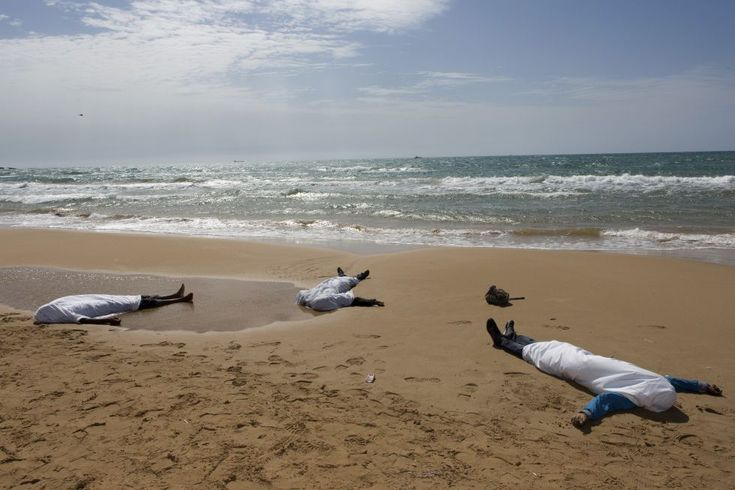 Sampieri, Italia, 30 de septiembre de 2013. Los cuerpos sin vida de tres inmigrantes tendidos en la playa siciliana de Sampieri (Italia), donde fueron recuperados en el mar por las fuerzas del orden de Italia. Las autoridades dijeron que una embarcación con 250 personas naufragó en el mar. Foto: Reuters.