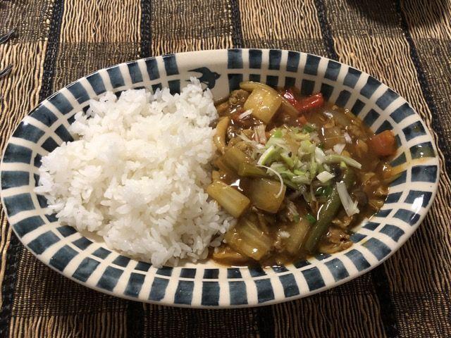 Chinese Curry with Daikon Radish and Chinese Cabbage  中華料理屋さんでたまに見かける片栗粉でとろみのついた中華風のカレーを作りました。メインの具は大根、白菜、豚肉。そして、冷蔵庫に余っていた野菜を適当に追加しました。 白菜と大根の中華風カレー 材料(2人前) 白菜 1/4個 大根 1/4 (角切り) 豚肉 150g(コマ切れ) 人参 1/4本 いんげん 少々 パプリカ 1/2個 たまねぎ 1/4個 しめじ 少々 にんにく 1片(みじん切り) 生姜 少々(みじん切り) ねぎ 少々 中華調味料 小さじ2 豆板醤 小さじ1 オイスターソース 大さじ1 ごま油 大さじ1 山椒 小さじ2 五香粉 少々 カレー粉 大さじ1 醤油 少々 片栗粉 大さじ1(水溶…