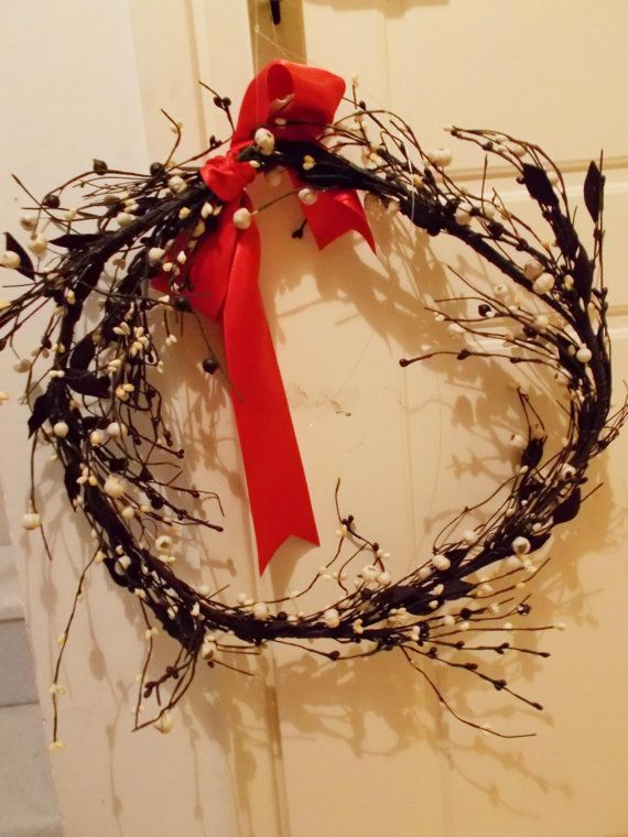 Wire wreath in black and white with small flowers by mademeathens #wreaths $60