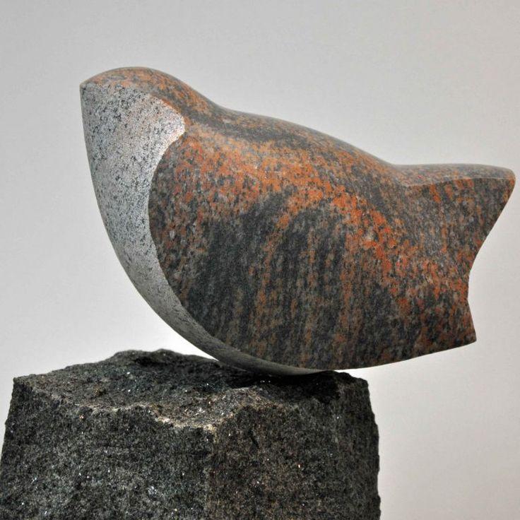Fugl. Halmstad gnejs & Rønnegranit. 80 cm.