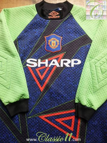 Relive Manchester United's 1994/1995 season with this vintage Umbro goalkeeper football shirt.
