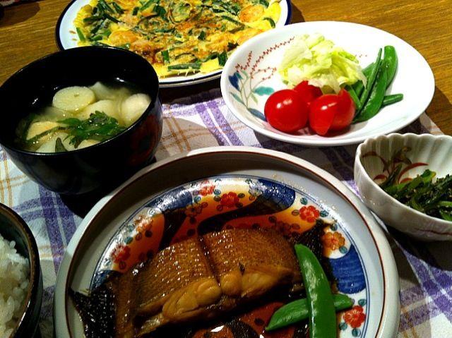 こんばんはー(*^o^*)今日は、和食!煮付け、娘が美味しいって!よかったぁ\(^o^)/チヂミ、するつもりなかったけど、時やさんにいったら、きれいなニラがあって。すすめられて。しばらく、ニラ料理続きそう(^^;;  それでは。またー!さぁ、片付けなきゃ! - 15件のもぐもぐ - カレイの煮付け   春菊の胡麻和え  サラダ  玉ねぎとふの味噌汁  チヂミ by 126kei