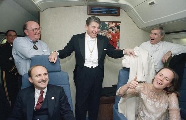 """Рональд Рейган говорит своему персоналу, что это его последний официальный полёт на президентском самолёте (14.01.1989).  На 40-м главе США одеты галстук и фрак, которые были пошиты в 1948 году специально для церемонии вручения премии """"Оскар"""".  #история #США #Америка #РональдРейган"""