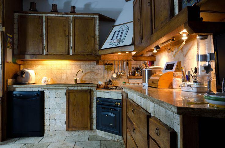 Sfoglia la gallery con le immagini di cucine in travertino, marmo e Pietre di Rapolano.