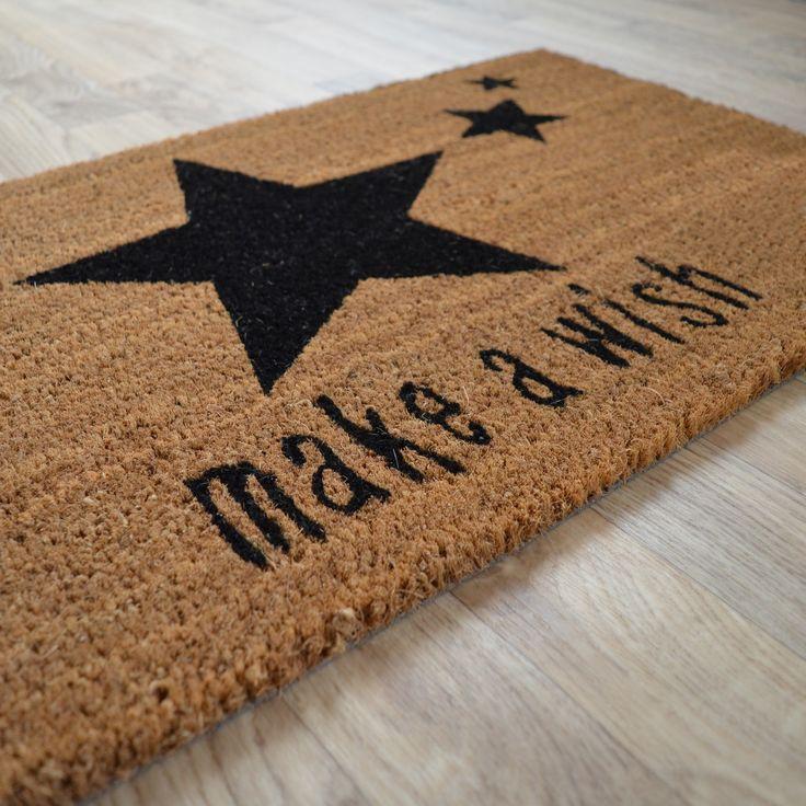 """Paillasson Étoiles """"Make a wish"""", en fibre naturelle de coco. Format rectangulaire 45 x 75 cm. En exclusivité chez decoweb.com"""