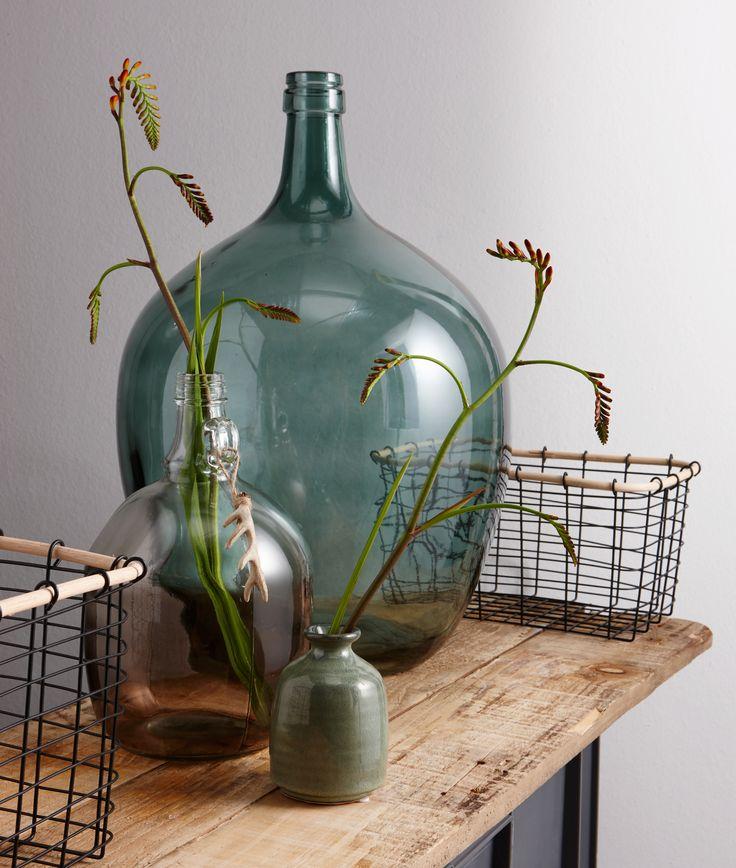 Met behulp van vazen in koele aardetintent creëer je een winterse sfeer in huis! #vazen #vaas #kwantum #winterswonen