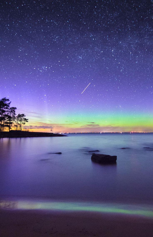 Shooting star Aurora and Milky Way over lake Vänern. A nice combo [OC] [2897x4498]