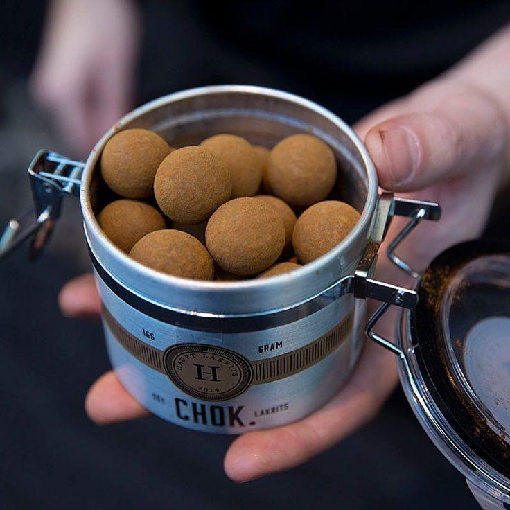 Får det lov att vara en Chok? Söt lakrits omgiven av Belgisk mjölkchoklad rullad i lakritspulver från Asien.  Tors-Sön ställer vi ut på Nordiska Trädgårdar på @stockholmsmassan. Lör-Sön är det dags för årets upplaga av @lakritsfestivalen på Annexet i Stockholm.  Välkomna!  #lakrids #lakris #liquorice #lakrits #hauptlakrits #lakritsfestivalen2016