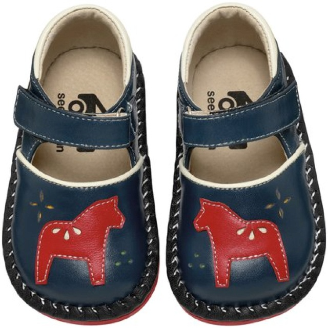 Calling all Swedes... How cute are these Dalahäst shoes?!