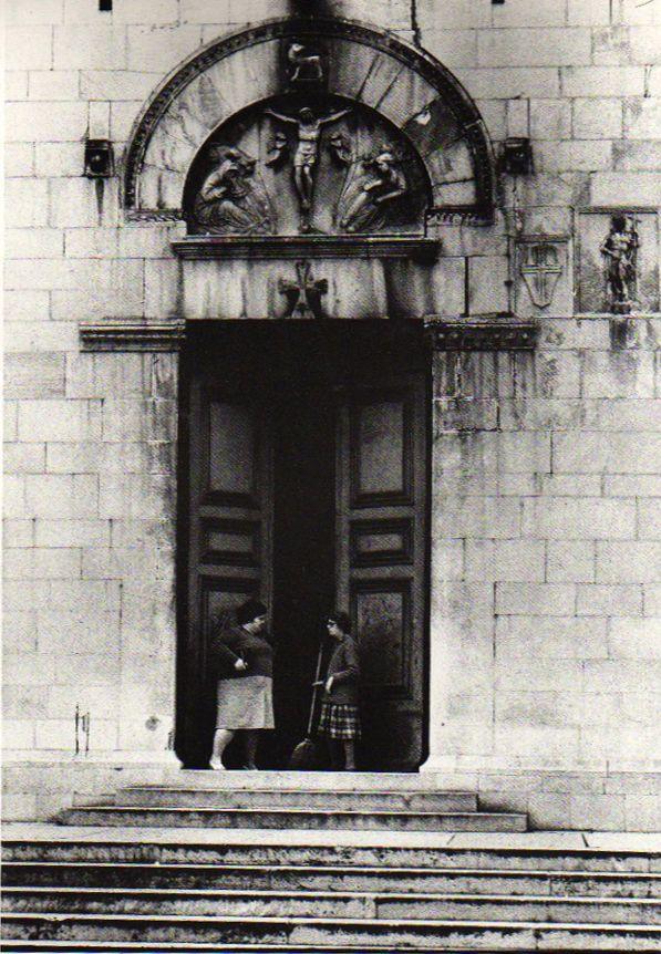 """""""Pietrasanta & figli"""", il fotografo Romano Cagnoni racconta la sua città, Electa 1985, pag.24."""