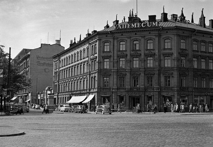 Kaivokadun ja Keskuskadun kulmassa oli Skohan talo. Sen vieressä oli yksikerroksinen Centralin talo.