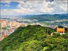 【鳶山】 鳶山は三峡の後方に位置しており、形が大空を飛翔する鳶(トビ)に似ているため名付けられた。高さこそないものの、雪山山脈の神々しい霊気を受けて人気が高まっている。 【相關資訊】 http://www.sanchiaoyung.com.tw/news
