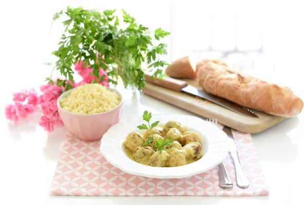 Receta fácil de albóndigas caseras al curry con cuscús en Thermomix®. La salsa queda deliciosa con curry y puedes prepararla para otras carnes.