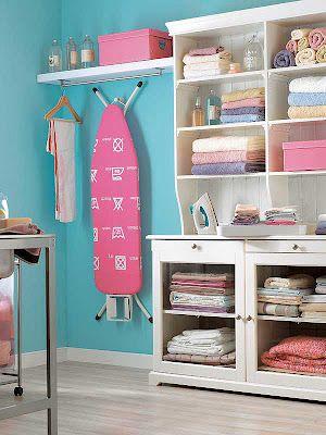 Para la zona de planchado se ha colocado un amplio y cómodo mueble que permite almacenar la ropa planchada. Se trata del modelo LIATORP de IKEA. Al lado del mueble también se ha incluido una balda (modelo LACK) con barra para colgar las prendas que no deben ser dobladas. Debajo de la balda se ha colocado un soporte para colgar la tabla de planchado, de esta manera cuando no se está planchando el espacio es más amplio y más cómodo.
