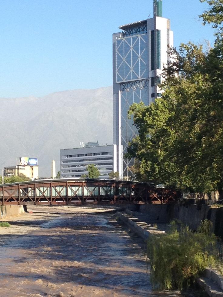 Edificio Movistar. Santiago de Chile. Fíjate en los elementos: motañas y río + puente y torre. Obras de la naturaleza y el hombre respectivamente, confrontadas. Por supuesto, la foto es mía, de hace pocas semanas.
