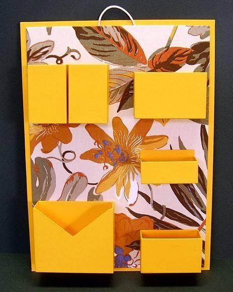 Organizador de materiais de escritório de parede.  Cartonagem com revestimento em tecido estampado e papel.  Ideal para não ocupar espaço em sua mesa de escritório. R$75,00