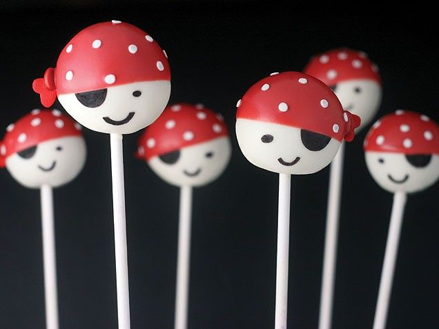 Cute Pirate Cake Pops. Perfect for birthday parties or Halloween.
