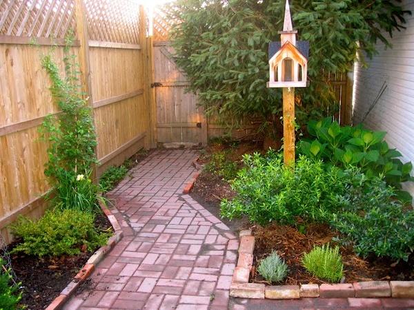 Brick path. For garden?Easy Bananas Breads, Bricks Paths, Small Backyards, Flowerbed Ideas, Dreams Backyards, Backyards Oasis, Side Yards, Backyards Redo, Bricks Patios