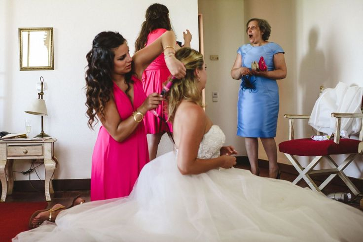 Bride is getting ready with the help of her bridesmaids. First look of the mother of the groom. Cake & Confetti Weddings. Photo by Quemcasaquerfotos