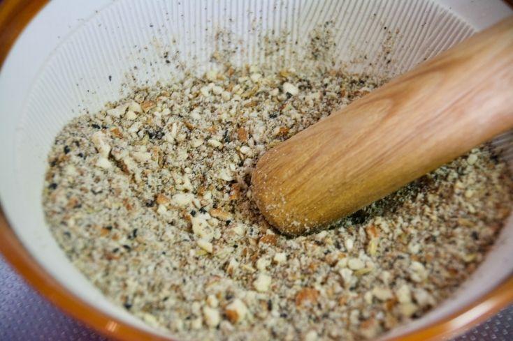 パンやサラダに合うエジプトの調味料「デュカ」スパイス香るデュカ ・アーモンド 50g ・クミンシード 大さじ1 ・フェネルシード 大さじ1 ・コリアンダーシード 大さじ1 ・黒ゴマ 大さじ2 ・塩 大さじ1/2 ・ブラックペッパー 大さじ1/2 作り方 1. フライパンに塩とブラックペッパー以外の食材を入れ、中火で香ばしいスパイスの匂いがするまで炒る。 2. スパイスの香ばしい匂いがしてきたら火を止めて冷まし、すり鉢またはフードプロセッサーに入れ、塩とブラックペッパーを加えて細くなるまですりつぶす。