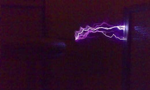 """Potenti fulmini """"fatti in casa"""", grazie all'invenzione di Nikola Tesla"""