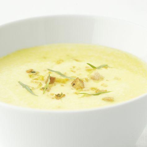 Een overheerlijke gele paprikasoep met mascarpone, die maak je met dit recept. Smakelijk!