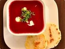 Sopa de Beterraba Pode ser servida quente ou fria 1 quilo de beterrabas 4 colheres de sopa de azeite 1 cebola media 2 talos de aipo 2 batatas grandes ou 3 medias (300 gramas totais) 800 ml de caldo de legumes Creme de leite fresco (opcional)