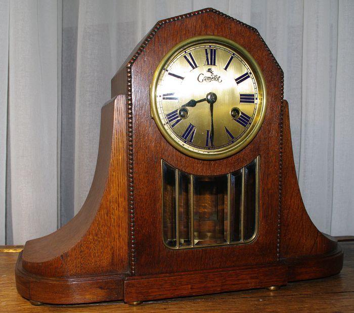 Pendule - Kienzle - Periode 1910 Mooie Pendule voorzien van een messing wijzerplaat, een messing lunette met bolglas en Romijnse cijfers. Aan de onderkant van deze Pendule klok bevinden zich 6 messing voetjes. Zowel de mooie statige kast als het uurwerk verkeren in goede staat en loopt goed.  Afmetingen: Hoogte 31 cm. Breedte 40 cm. Diepte 12,5 cm.