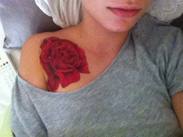 Rose rouge tatouage, rose ouverte sur le monde. Mon tatouage, couleur vive Morgane