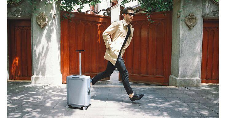 Plecatul in vacanta are si o parte mai putin placuta: caratul bagajelor. Salvarea se numeste Cowarobot R1 intrucat este un bagaj care se transporta singur. Vezi mai multe detalii pe MenKit! #Cowarobot #bagaj #geantavoiaj #smart #vacanta #excursie